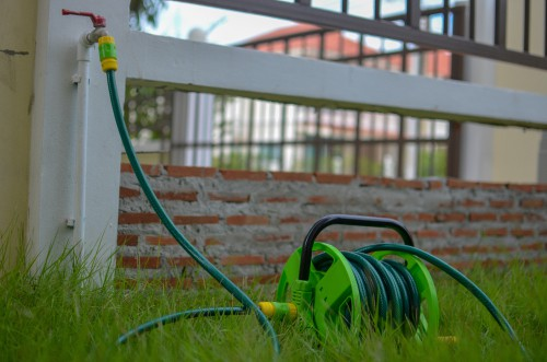 Free-standing garden hose reel