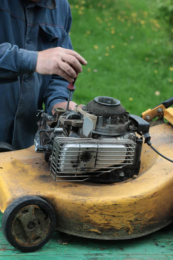 Step-by-step guide to cleaning lawn mower carburetor