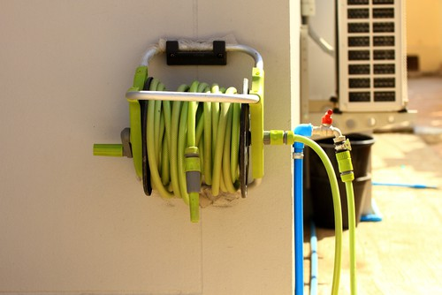 Wall-mountable garden hose reel