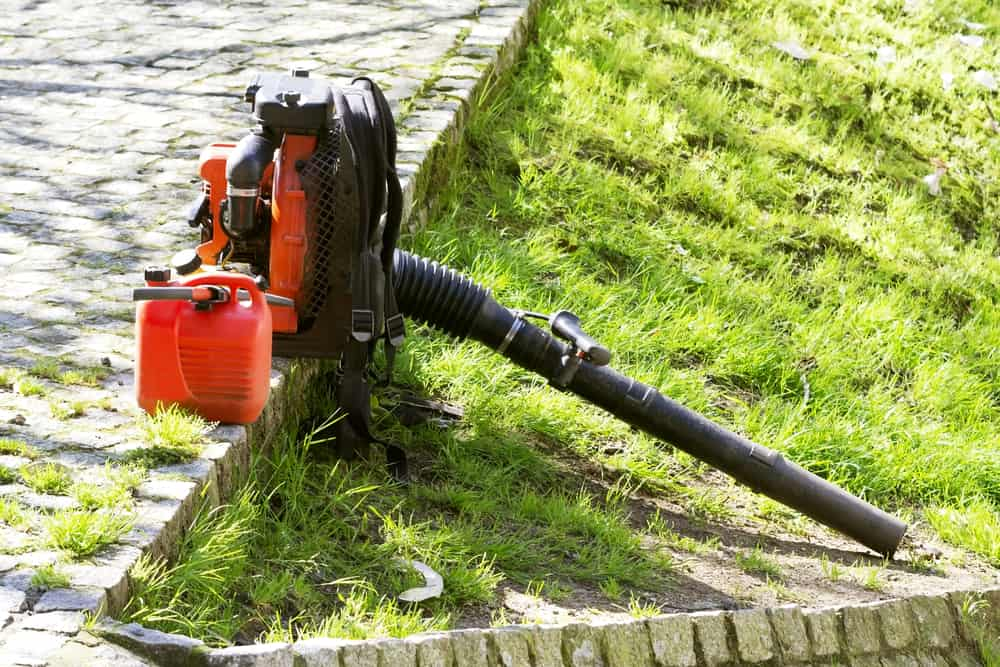 How to mix oil and gas for a 2-cycle leaf blower
