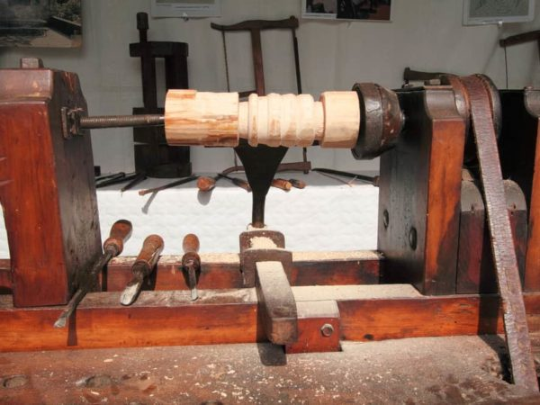 9 Homemade Wood Lathes Plans You Can DIY Easily